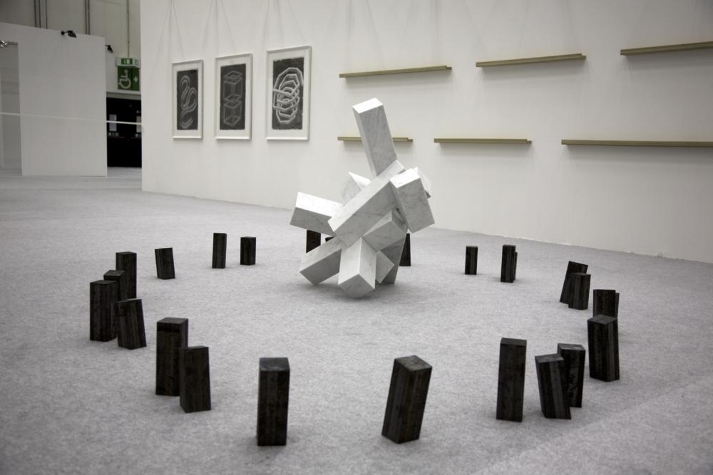 Caos vacilla, 2010, marmo e ferro, 100 x 300 x 200 cm.IMG_9163